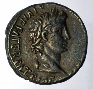 Silbermünze mit Porträt des Kaisers Augustus. (Bild: D. Steiner/AATG)