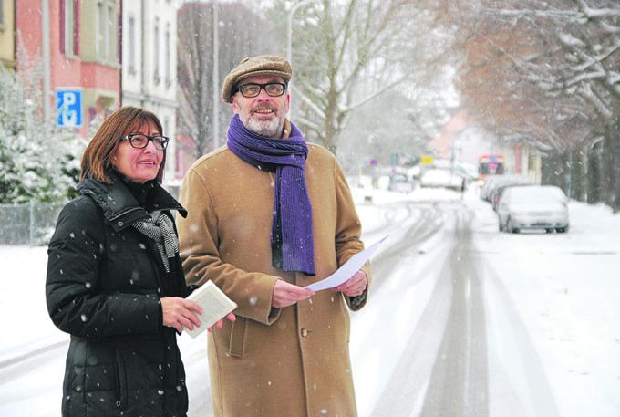 Auf der verschneiten Wiesenstrasse: Stadträtin Dorena Raggenbass und Bernard Roth, Mitglied der Kunstkommission, sind sich einig, dass sich dieses Grenzgebiet durch Kunst noch aufwerten lässt. Bild: Kathrin Brunner