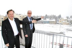 Investor Beat Frischknecht (links) und Vermieter Guido Goldinger zeigen auf die Fläche, auf der bis Ende 2014 52 neue Wohnungen entstehen. (Bild: Thomas Martens)