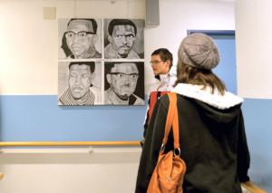 Besucher bei der Besichtigung der Ausstellung. (Bild: lg)