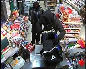 Die beiden Täter während dem Überfall. (Bilder: Kapo TG)