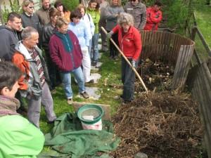 Irene Bulant-Hänseler, erfahrene Kompost- und Gartenberaterin, vermittelt den Kursteilnehmenden  in Theorie und Praxis, wie das Kompostieren auf einfache und zeitsparende Weise wunderbar funktioniert. (Bild: zvg)
