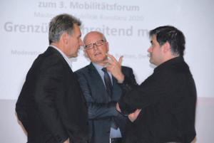 Stadtrat Michael Dörflinger, Stadtammann Andreas Netzle und Stadtplaner Antonio Sarno (v.l.) beim Mobilitätsforum im Gespräch vertieft. (Bild: tm)