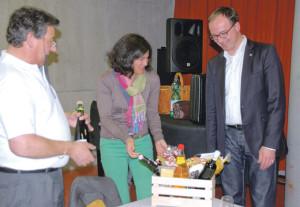 Kreuzlinger Wein für den Oberbürgermeister: Präsident Ueli Bührer und Kassiererin Simone Kocherhans überreichen Uli Burchardt ein Präsent. (Bild: sb)