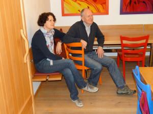 Für ihren Gästeraum haben Rosmarie und Hermann Brenner aus Weinfelden Boden, Türen, Tische, Bänke und Garderobe aus eigenem Buchenholz anfertigen lassen. (Bild: zvg)