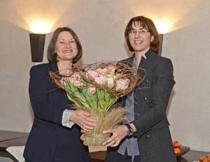 Regierungspräsidentin Monika Knill überreich Bärbel Schäfer, Regierungspräsidentin von Freiburg (D), bei der Ankunft in der Kartause Ittingen ein Blumenbouquet, feierte sie doch an diesem Tag zugleich Geburtstag. (Bild: zvg)