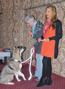 Liza Andrea Kuster (r.) und Bea Müller, Aktuarin des TSVK und Gassigängerin im Tierheim Altnau, stellten die Hunde Sky und Maus vor. (Bild: kb)