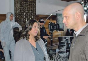 Eva Mattes alias Kommissarin Klara Blum und Gerichtsmediziner Wehmut (Benjamin Morik) rekonstruieren den Tathergang in der Seeburg. (Bild: sb)