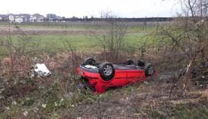 Das Auto überschlug sich und blieb auf dem Dach im Bachtobel liegen. (Bild: Kapo TG)