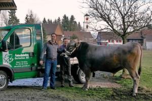 Spender Reto Schefer von der Reto Schefer Gartenbau AG, Uttwil und Züchter Willi Vogt aus Güttingen mit Muni «Vitus». (Bild: Barbara Weber)
