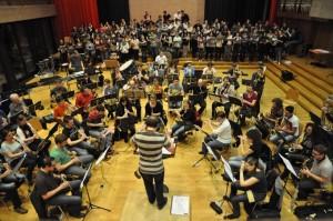 Die Stadtharmonie, der Chor Amazonas und der Chor der Pädagogischen Maturitätsschule proben für das Musical in der Semi-Aula. (Bild: zvg)
