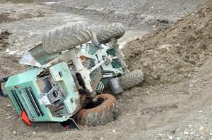 Beim Sturz in die Baugrube wurde der Fahrer dieses Dumpers schwer verletzt. (Bild: Kapo TG)