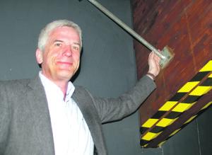 Verwaltungsratspräsident Matthias Mölleney zeigt einen Windverband aus Stahl. (Bild: sb)