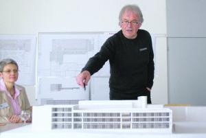 Architekt Hubert Bischoff erläutert den Neubau am Modell. Anna Jäger, neue Geschäftsführerin im AZK, hört interessiert zu. (Bild: sb)