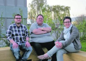 Der neue Jugendarbeiter Tobias Mahlbacher (r.) mit Kassier Urs Siegfried und Präsidentin Barbara Rossbacher in der Gartensitzecke des Jugis. (Bild: sb)