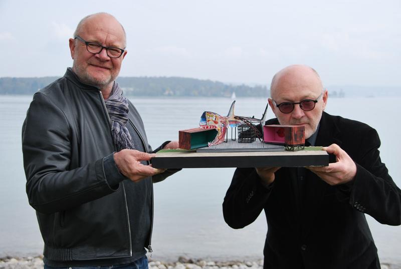 Bühnenbildner Klaus Hellenstein und Intendant Leopold Huber zeigen das Modell der Seebühne, auf der das See-Burgtheater in diesem Sommer das Stück «Dreigroschenoper» im Seeburgpark aufführt. (Bild: Thomas Martens)