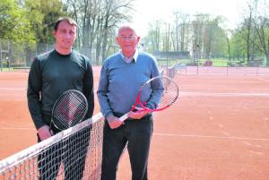Ralph Zepfel und Bernhard Hochstrasser freuen sich über das neue Angebot für die Öffentlichkeit auf den Tennisplätzen im Seeburgpark. (Bild: Thomas Martens)