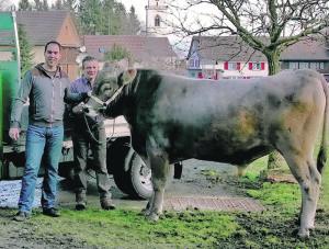 Spender Reto Schefer von der Reto Schefer Gartenbau AG, Uttwil und Züchter Willi Vogt aus Güttingen mit Muni «Vitus». (Bild: zvg)