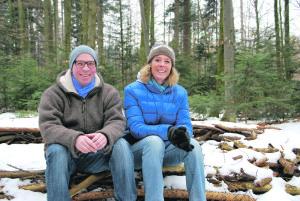 Waldspielgruppenleiter Matthias Schmid und Kinderreitlehrerin Christiane Schmidt am Platz im Wald südlich der Lengwiler Weiher. Hier wollen sie mit den «Wildmandlis» die Natur erkunden. (Bild: kb)