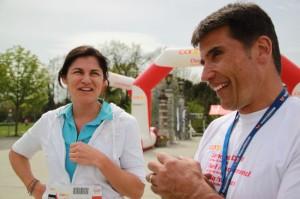 Ruedi Wolfender, Abteilungsleiter Freizeit und OK-Präsident «schweiz.bewegt» im Gespräch mit einer Teilnehmerin. (Bild: zvg)