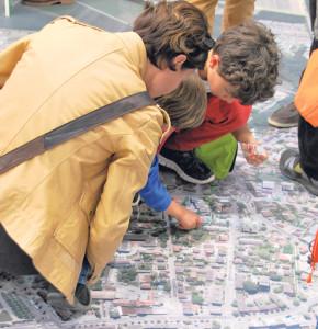 Auf dem grossen Luftbild konnte jeder seinen Wohnort ausfindig machen. (Bild: kb)
