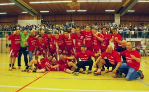 Die Mannschaft um Trainer Alexander Mierzwa (4.v.r.) und Frank Schädler (r.). (Bild: sb)