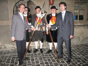 Für die Herausforderungen der Zukunft ist der Hauseigentümerverband des Kantons Thurgau bestens gewappnet. Das demonstrieren Präsident Gallus Müller (ganz rechts) und Thomas Dufner (ganz links), Leiter der Geschäftsstelle, symbolisch auf dem Nachtwächterrundgang in Bischofszell. (Bild: zvg)