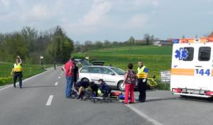 Der verunfallte Velofahrer wurde an der Unfallstelle erstversorgt und dann ins Spital gebracht. (Bild: Kapo TG)