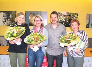 SP-Präsident Cyrill Huber überreichte den Schulbehördenmitgliedern Karen Kägi (l.), Gisela Theus und Christine Gräser (r.) Presente.(Bild: sb)