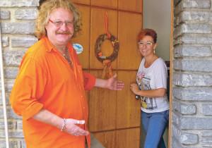 Hereinspaziert: Das neue Wirtspaar CarmenGerber und Markus Eberle in der Eingangstür zum traditionsreichen RestaurantSchäfli. (Bild: sb)