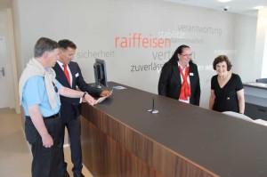 Geschäftsstellenleiter Stefan Schmid (2.v.l.) und Monika Lauber (2. v. r.) erklären am Tag der offenen Tür Gästen den Arbeitsalltag in der Bank. (Bild: zvg)