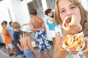 Fast Food und Fertigprodukte sind bei Kindern und Jugendlichen heute sehr beliebt. «Eltern und Schule sollten sich mehr Zeit für die Aufklärung über gesunde Ernährung nehmen», so Dr. Roland Ballier. (Bild: archiv)