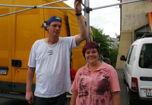 Karin Schelbert und Christian Maier aus Basel kämpften mit vollem Körpereinsatz um ihr Zelt. (Bild: sb)