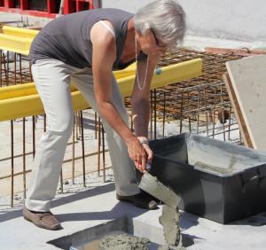 Synodalpräsidentin Isabella Stäheli versiegelt den Grundstein für den Neubau des Zentrums der katholischen Landeskirche mit Mörtel. (Bild: Claudia Koch)