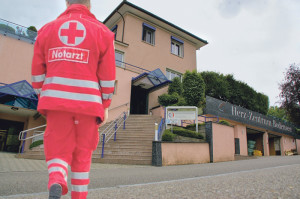Eine falsche Notärztin konnte sich beim Herz-Neuro-Zentrum in Kreuzlingen einschleichen, was Folgen haben soll. (Bildmontage: erysipel/pixelio.de/sb)