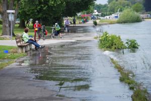 Ein Teil des Uferwegs an der Kunstgrenze zwischen Kreuzlingen und Konstanz ist überflutet. (Bild: Thomas Martens)