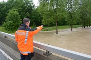 Das überschwemmte Thurvorland bei der Rohrerbrücke mit Sappeursteg in Richtungen Pfyn und Flussabwärts gegen Uesslingen sowie das überflutete Wiesland in der Grossen Allmend bei Frauenfeld (Bild: Ernst Vogelsanger/Kapo TG)