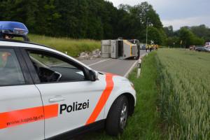 Der Lastwagen blockierte beide Fahrbahnen. (Bild: Matthias Graf/Kantonspolizei Thurgau)