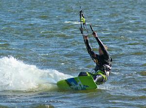 Kitesurfer gibt es immer mehr auch am Bodensee. (Bild: Carl Ernst Stahnke/pixelio.de)