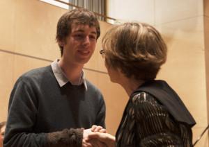 Freut sich über die Auszeichnung: Max Petersen erhält Glückwünsche von der Jury. (Bild: David Binotto)