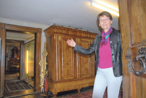 Museumsleiterin Heidi Hofstetter zeigt auf das Inventar des ehemaligen Kreuzlinger Heimatmuseums im Hinterhaus der Villa Rosenegg. (Bild: Thomas Martens)