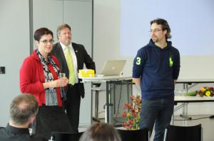 Prof. Dr. Sonja Perren, Walter Hugentobler, Präsident Förderverein, und Fabio Sticca (v.l.) beantworten Fragen des Publikums. (Bild: zvg)