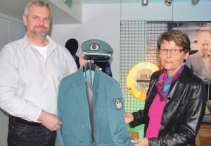 Michael Hauck vom Hauptzollamt Singen übergibt die deutsche Zoll-Uniform an Museumsleiterin Heidi Hofstetter. (Bild: Thomas Martens)