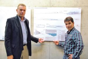 Stadtrat Michael Dörflinger (links) und Ruedi Wolfender vom Departement Freizeit präsentieren den Entwurf der neuen Schimmhalle. (Bild: Kathrin Brunner)