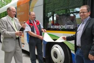 Stadtrat David Blatter (links) taufte den neuen Stadtbus. (Bild: Thomas Martens)