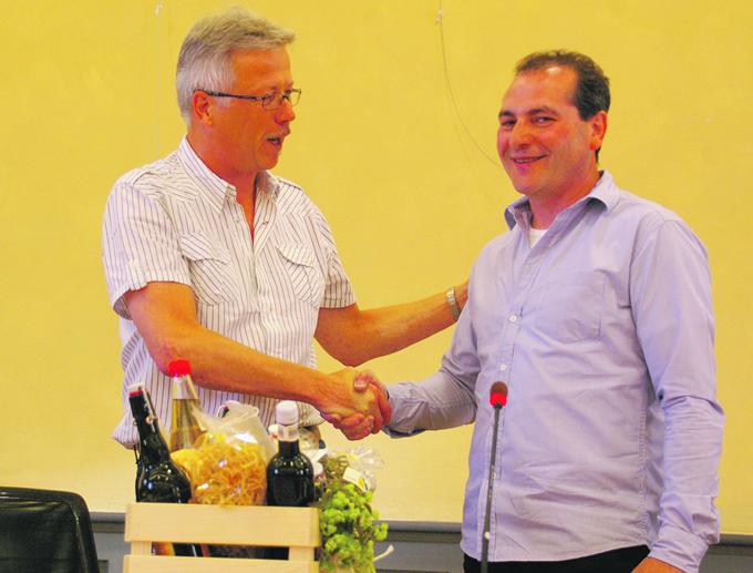 Vom Fraktionschef der CVP, Ernst Zülle (l.), gab's einen Geschenkkorb. (Bild: sb)