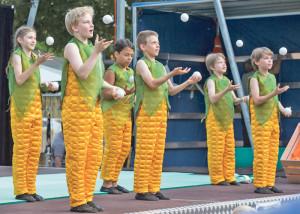 Der Kinderzirkus Robinson bietet ein Programm mit viel frischem Gemüse und frechen Früchtchen.(Bild: Dominique Meienberg)