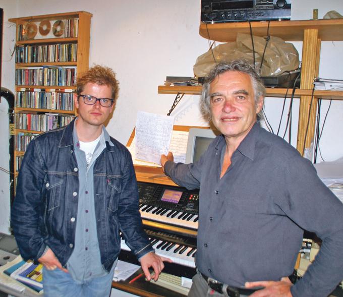 Die Noten sind wieder da: der Konstanzer Jazzmusiker Paul Amrod (r.) und Hauptdarsteller Johannes Stöckle proben für ein Musiktheater. (Bild: sb)
