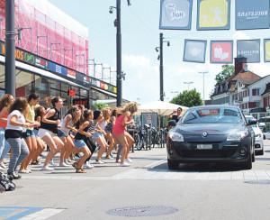 Mit einem Flashmob überraschten die Tänzerinnen vom Tanzzentrum Kreuzlingen die Autofahrer und Fussgänger auf dem Boulevard. (Bild: kb)
