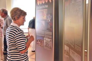 Eine Besucherin der Ausstellung. (Bild: kb)